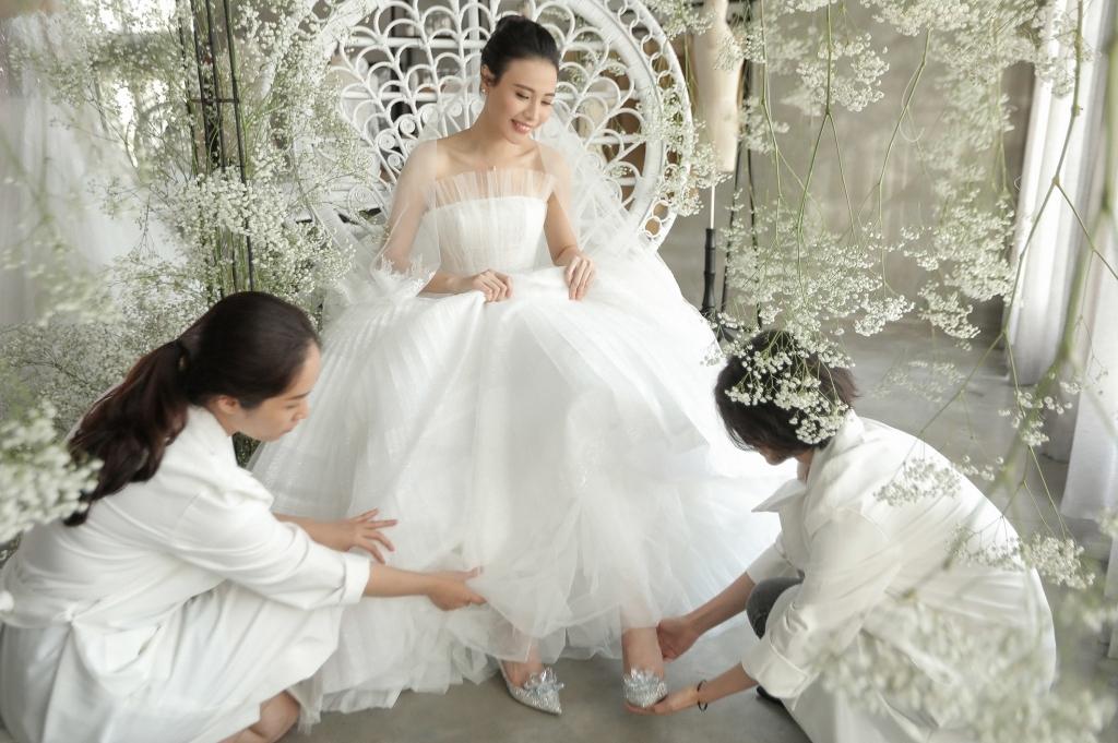 """Matt Liu vừa ra mắt """"họ nhà gái"""", Hương Giang đã sắm ngay đôi giày cưới cổ tích gần 100 triệu, Vbiz chuẩn bị có thêm tin mừng? - Ảnh 7."""