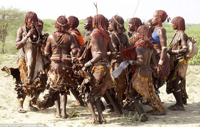 Lạ lùng bộ tộc đàn ông phải khỏa thân nhảy qua lưng bò để... lấy được vợ - phunuduongthoi.vn