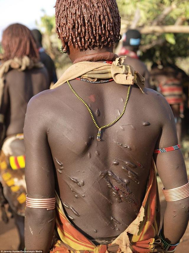 Lạ lùng bộ tộc đàn ông phải khỏa thân nhảy qua lưng bò để... lấy được vợ - phunuduongthoi.vn 7