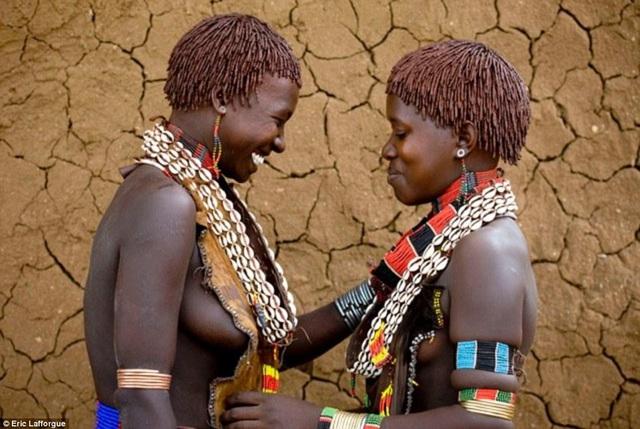 Lạ lùng bộ tộc đàn ông phải khỏa thân nhảy qua lưng bò để... lấy được vợ - phunuduongthoi.vn 9