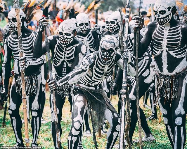 Bộ tộc kỳ quái với những bộ xương di động, sống biệt lập giữa núi rừng - phunuduongthoi.vn 1